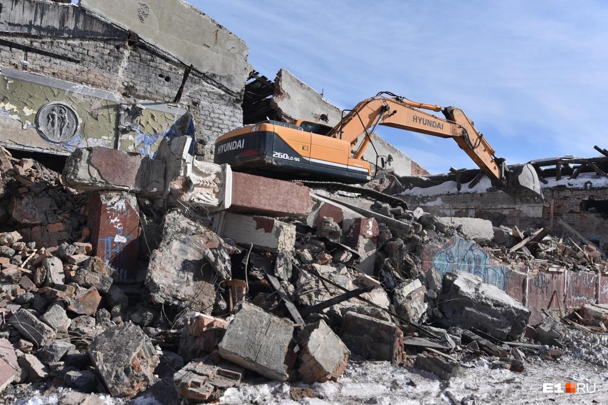 В управлении госохраны говорят, что законом не запрещено сносить здание, пока идет экспертиза —возможно, здание признают памятником «посмертно»