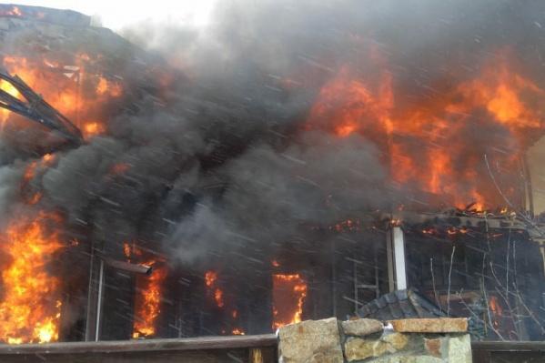 В тушении пожара участвовали 24 человека и несколько единиц техники