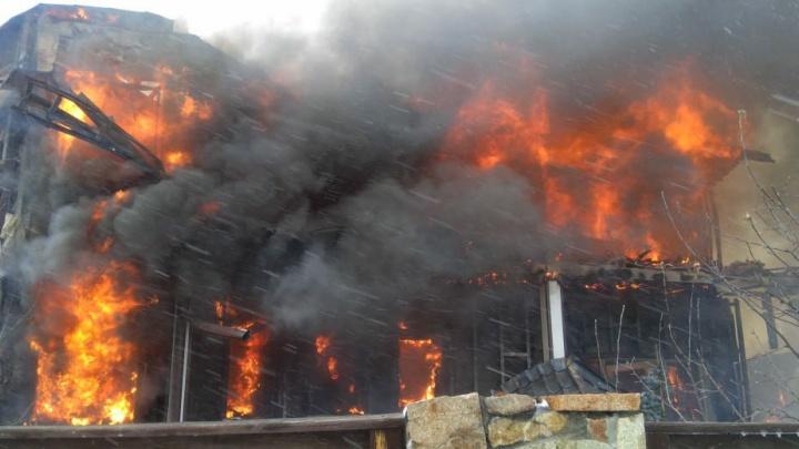 В горящем доме под Новосибирском взорвался газ: на место съехались два десятка пожарных