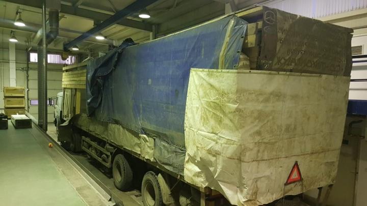 Челябинские пограничники задержали два «Мерседеса», спрятанные в КАМАЗе под одеждой и покрышками