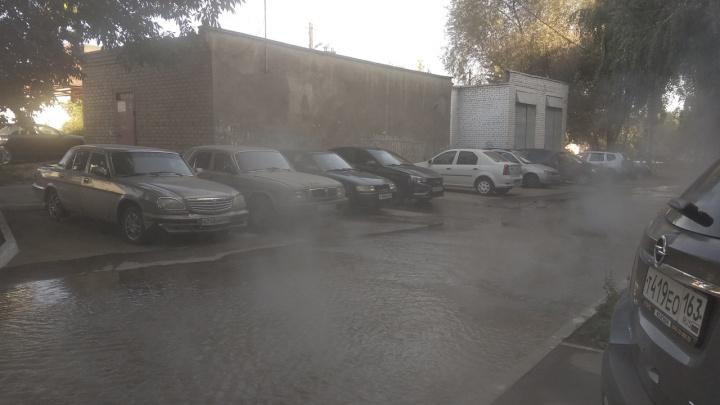 «От дороги поднимаются клубы пара»: в Самаре во дворе дома прорвало трубу с горячей водой