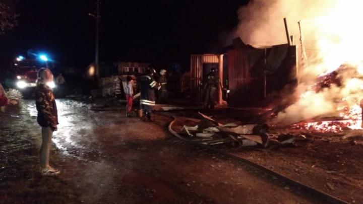 В Первоуральске во время крупного пожара пострадал человек