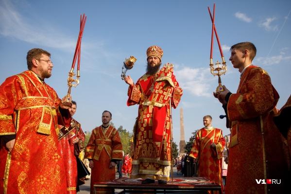 В конце крестного хода митрополит Феодор раздал верующим благодатный огонь