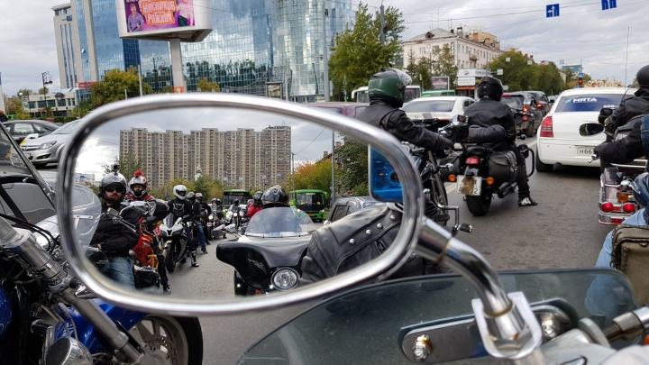 24 мотоцикла и один лимузин: смотрим фото и видео необычного свадебного кортежа в центре Тюмени