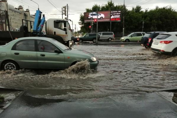 Машины, как это нередко бывает в Омске, начинают рассекать волны после дождя