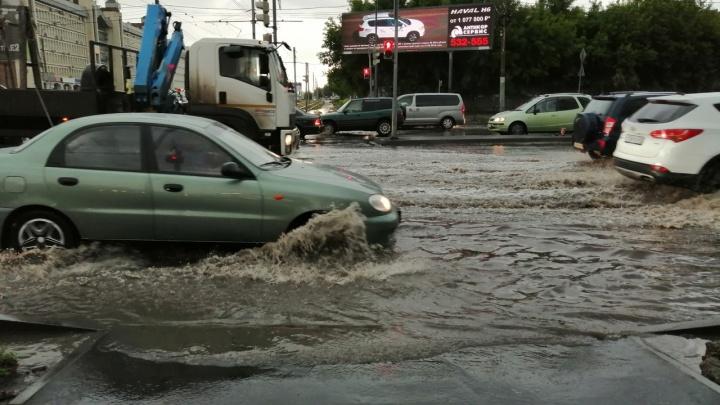 «Зачем нам ливнёвки? Мы построим гейзер в Омске»: во время дождя в городе затопило несколько улиц