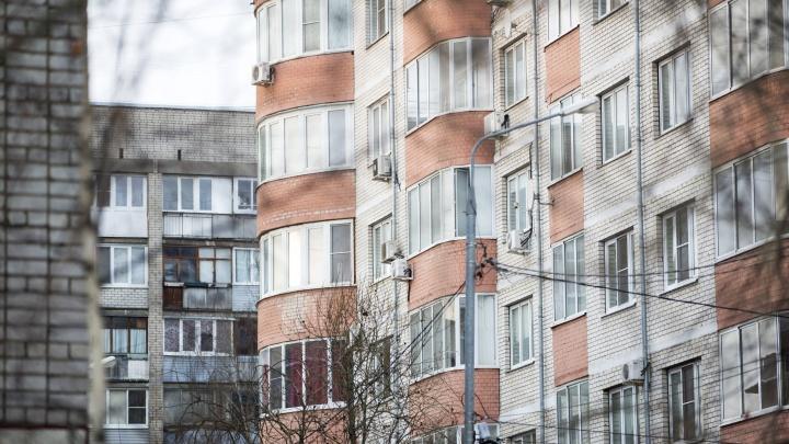 Облокотились на москитные сетки и полетели вниз: в Ярославле за вечер разбились два малыша