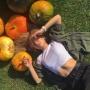 Поваляться на листьях, своровать кукурузу: смотрим осенние фото с тюменскими красотками из соцсетей