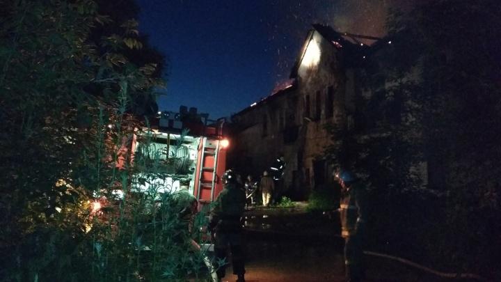 «Полыхала крыша и единственный подъезд»: пермские пожарные спасли жильцов из горящего дома