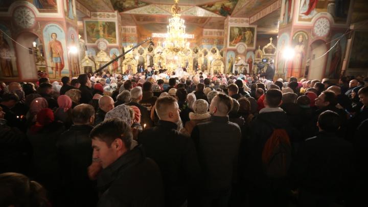 Фото: православные новосибирцы встретили Пасху в Вознесенском соборе