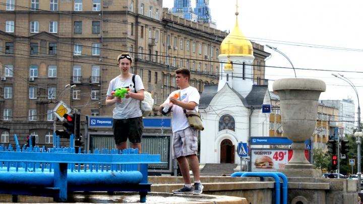 Подростки с ведрами оккупировали фонтан в Первомайском сквере