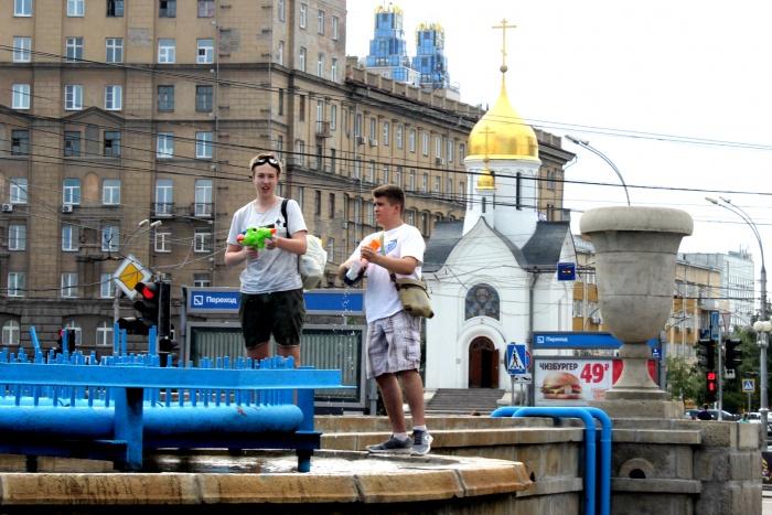 На фонтане в Первомайском сквере обливаются около 10 человек