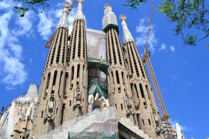 Российские мужчины обещают увезти избранницу в тундру, а испанцы — в Барселону. Храм Саграда Фамилия<br><br>