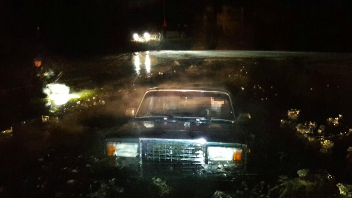 В Автозаводском районе из пруда достали легковушку с трупом внутри