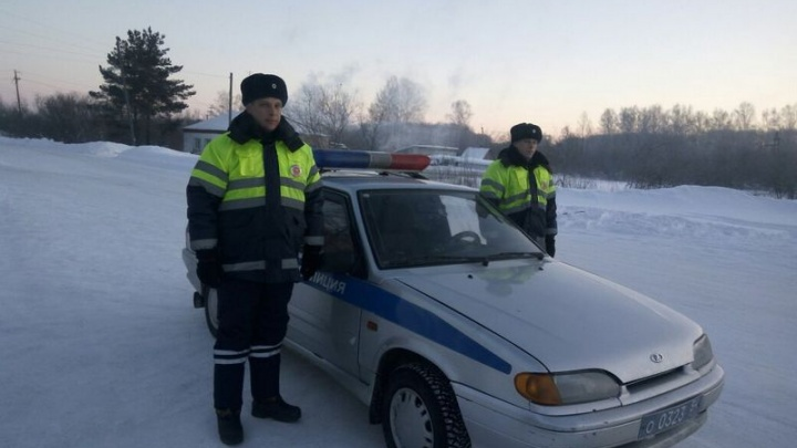 На трассе под Новосибирском нашли заглохшую скорую помощь с двумя пациентами