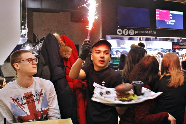 В Black Star можно было заказать VIP-бургер с торжественным выносом. Но заведение это не спасло