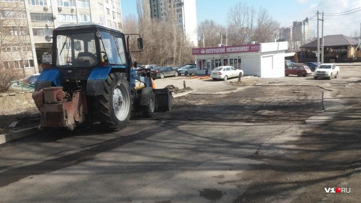 «Пока не верится»: в центре Волгограда ремонтируют «убитую» дорогу