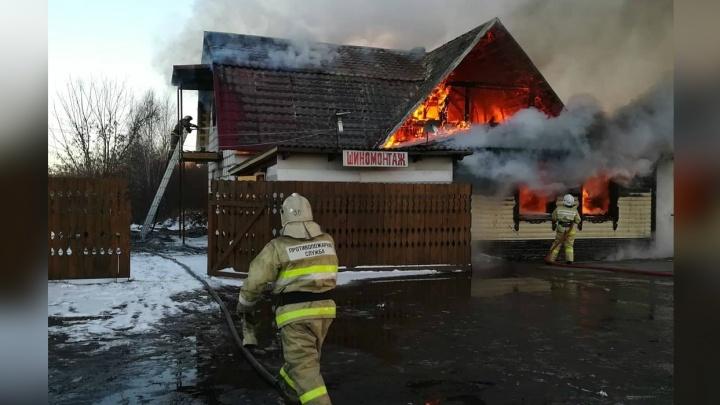 В Ярославской области горит деревянное кафе: подробности и фото с места ЧП