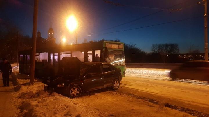 На Химмаше водитель Lada Kalina выехал на встречку, протаранил пассажирский автобус и погиб