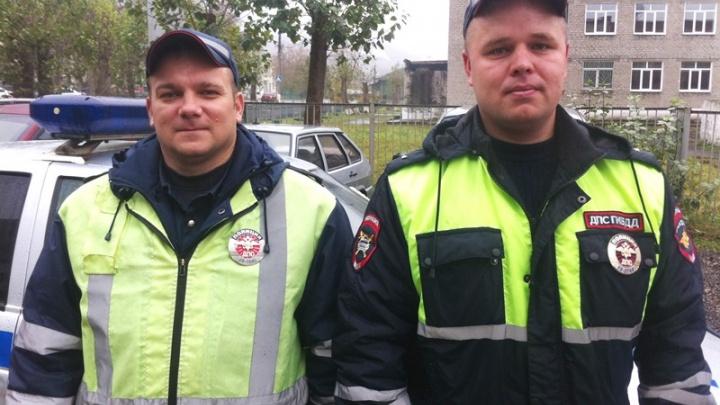 Дорожные инспекторы помогли женщине с двумя детьми починить автомобиль на трассе в Пермском крае