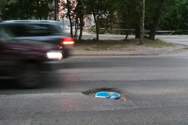 О лежащем в яме дорожном знаке в редакцию НГС сообщил очевидец<br>