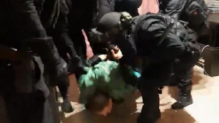 «Дважды ударил ножом полицейского»: в Волгограде с выстрелами задержали психа, взявшего заложницу