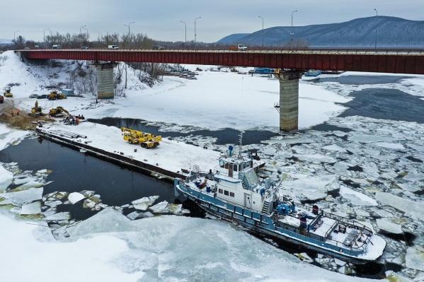Рабочие-дорожники готовятся к обустройству фундамента для будущих опор моста