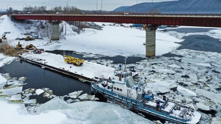 Началась движуха! На Соку установили баржу-площадку для строительства моста через реку