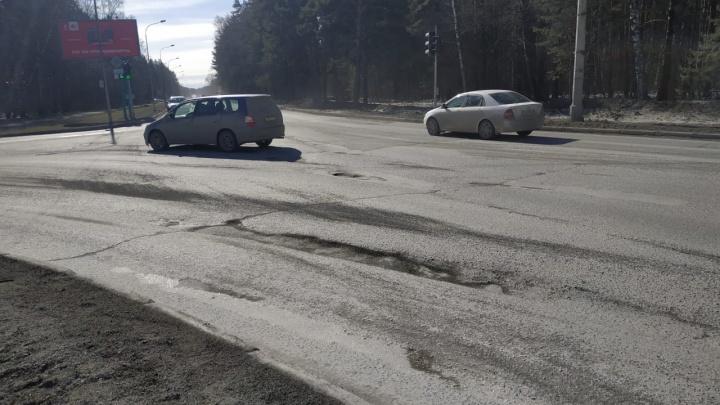 Дорожники заделали в Академгородке глубокую яму, которая едва не привела к аварии