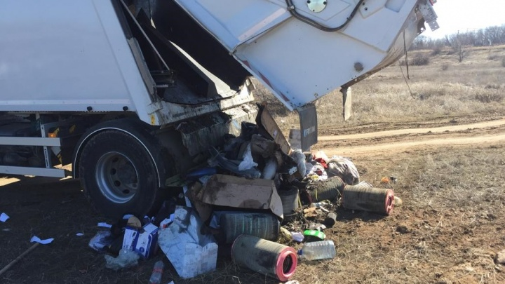 «Он увидел задымление»: водитель «Управления отходами — Волгоград» вывалил мусор посреди города
