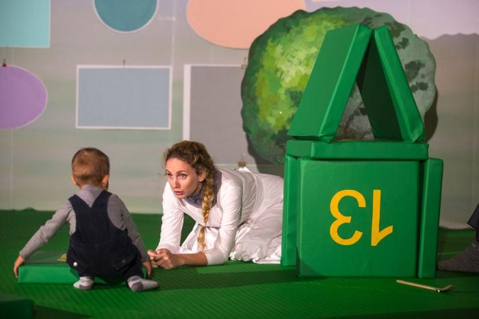 Зрителям можно подходить к актёрам во время спектакля и даже ползать по сцене
