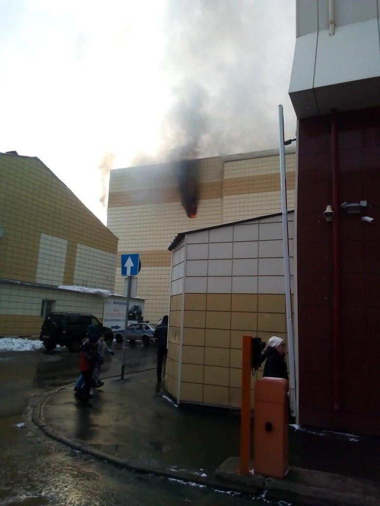 При пожаре в торговом комплексе погибли дети