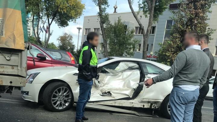 Вмял дверь в салон: на улице Мичурина водитель «Газели» врезался в Cadillaс