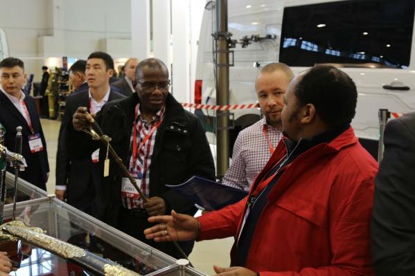 Один из 25 принцев Свазиленда приценивается к шашке и советуется с представителем минобороны