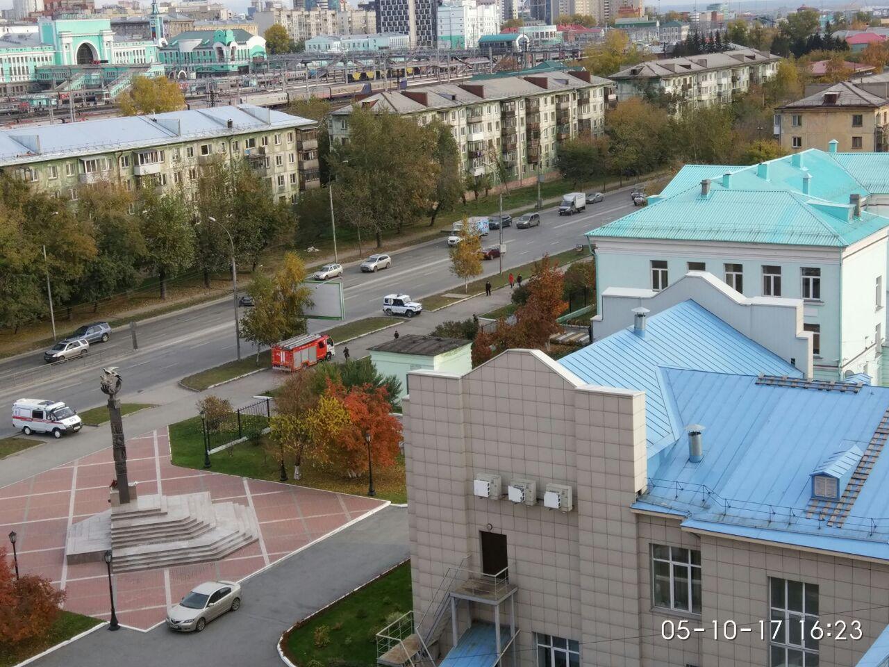 К школе на улице Владимировской также стянулись машины экстренных служб
