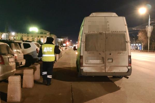 Автобус с букетом нарушений остановили у Центрального парка