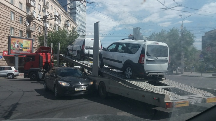 В Волгограде столкнувшиеся автовоз и Renault перекрыли проспект Ленина