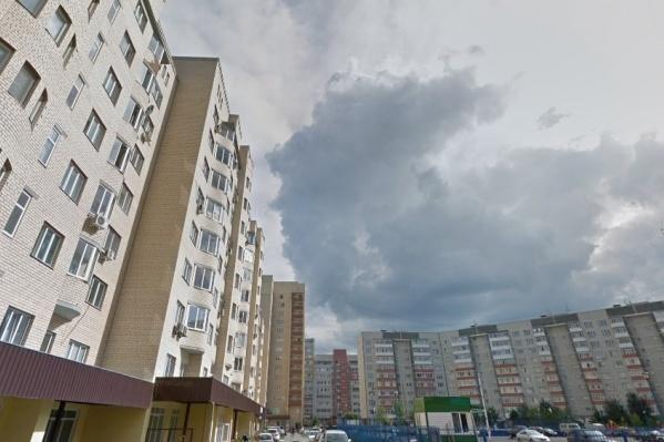 С высоты многоэтажного дома на Гондатти выпал мужчина