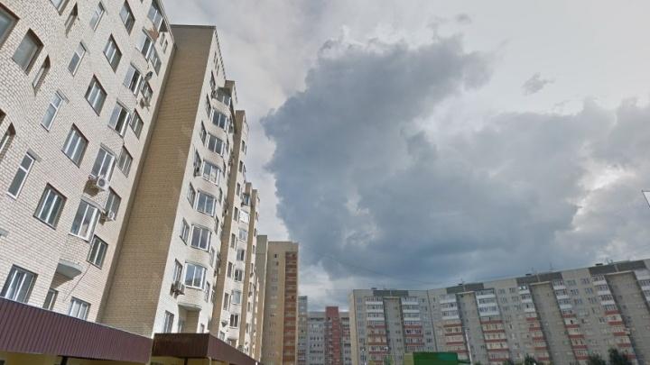 С 14-го этажа высотки в Тюмени выпал мужчина и разбился насмерть