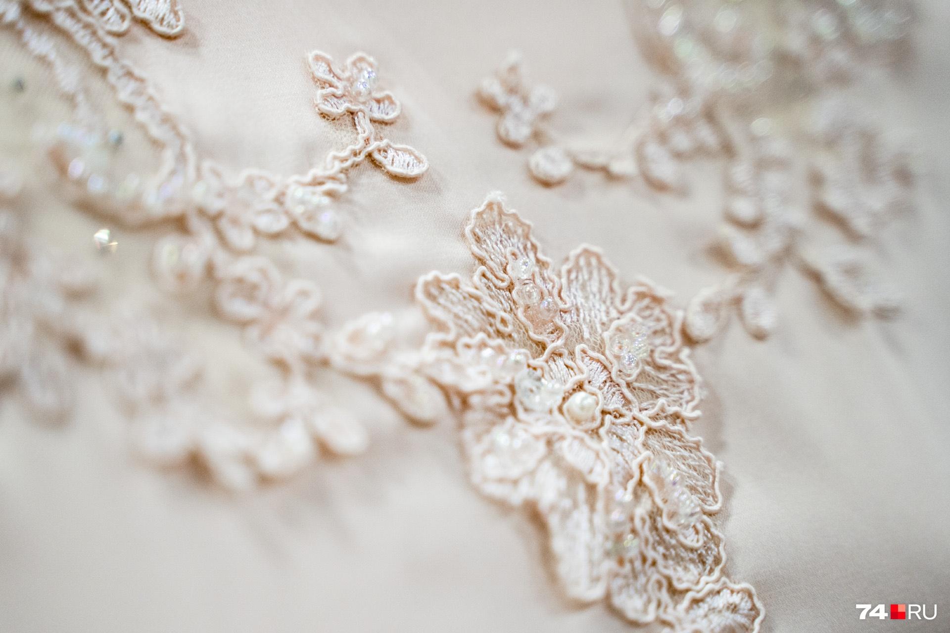 Многие платья выглядят очень скромными, их украшает в основном вышивка