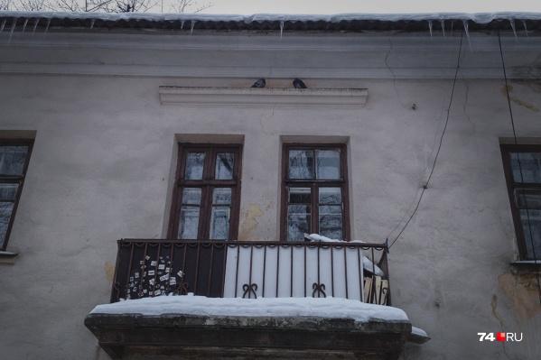 Жители городка жалуются, что в первую очередь пытаются решить проблемы с теплом в домах военных