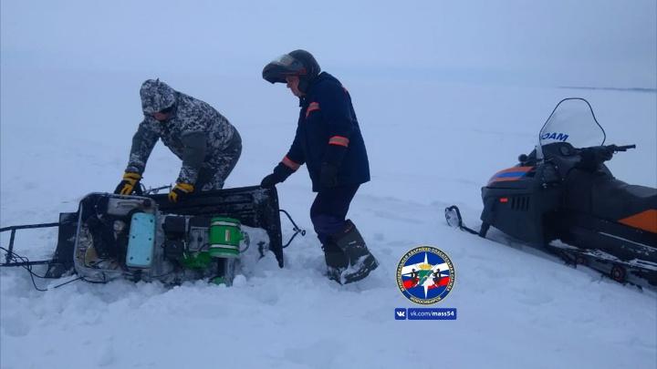 Рыбак провалился в глубокий снег на Обском море