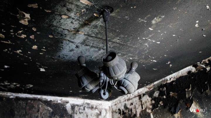 Огонь пополз по потолку: в Волгоградской области зарядка для аккумулятора едва не убила семью