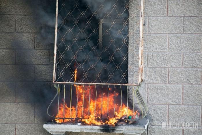 Из дома, в котором горела квартира, эвакуировали 13 человек