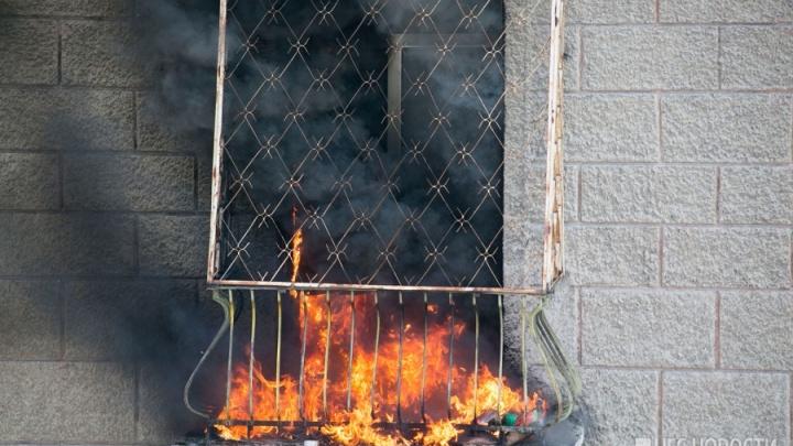 Спасатели вывели тринадцать жильцов из горящей пятиэтажки на Зорге