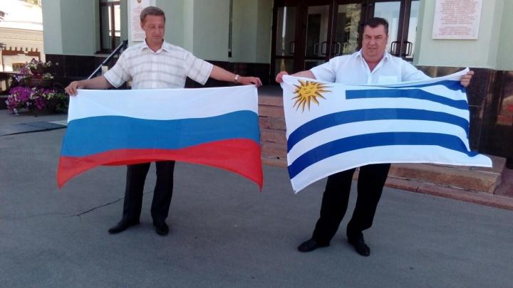 «По правилам FIFA»: около мэрии Самары подняли флаги России и Уругвая