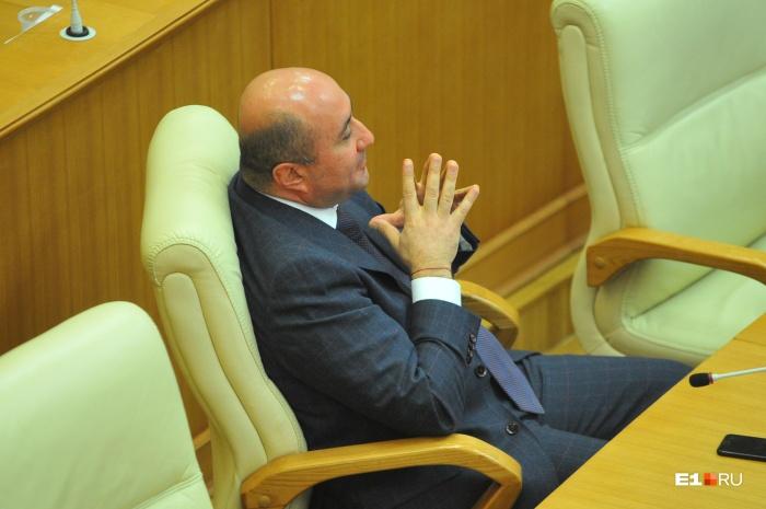 Выступления коллег по депутатскому цеху Армен Карапетян слушал явно не без удовольствия
