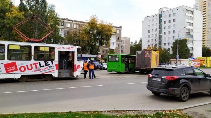 Автобус и «газель» столкнулись на трамвайных путях на Юго-Западе
