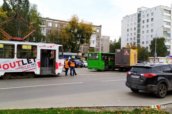 Автобус и «газель» столкнулись прямо на путях и перегородили дорогу трамваям