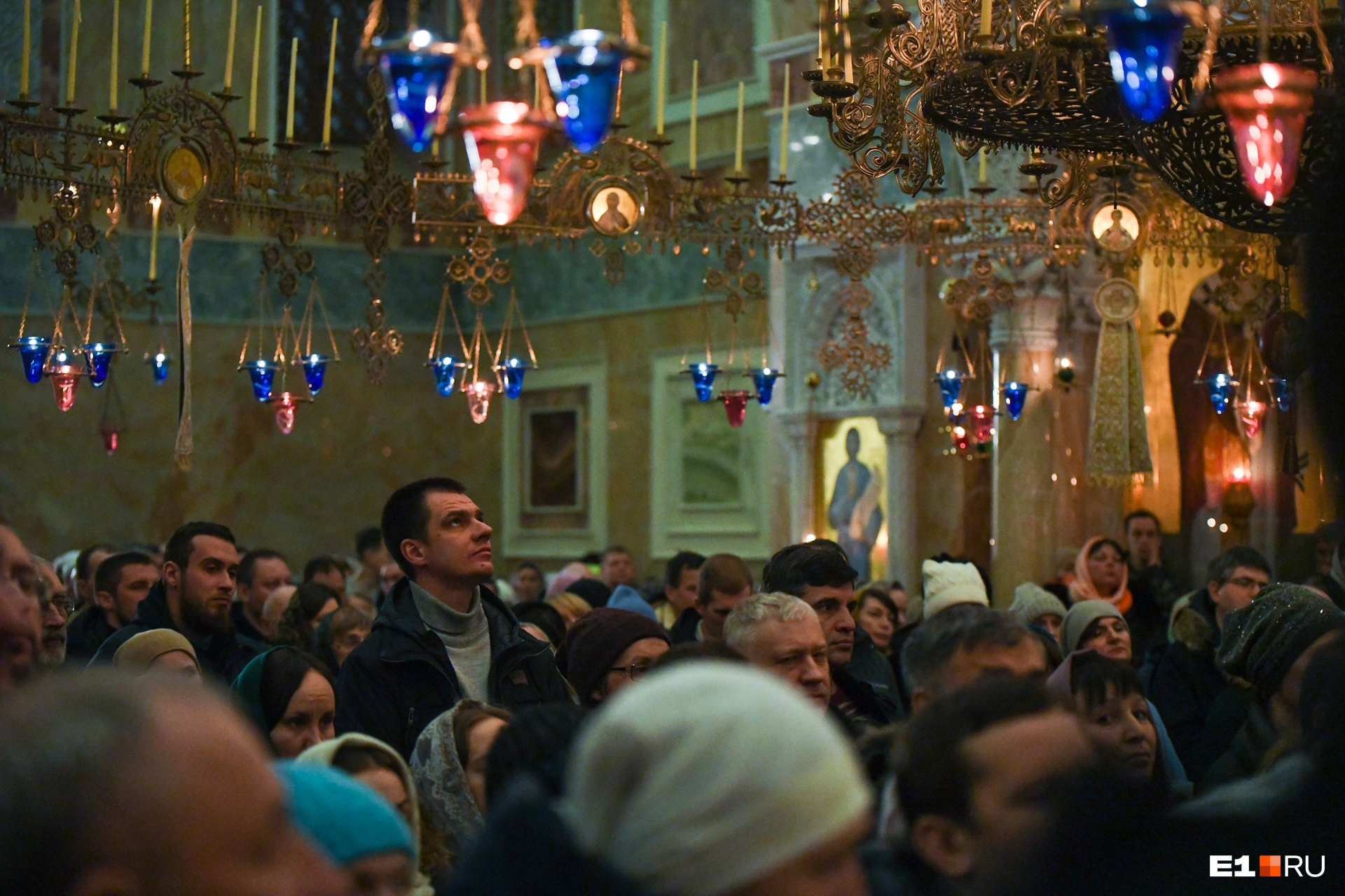 Здесь во время службы храм освещали сотни свечей в разноцветных лампадках